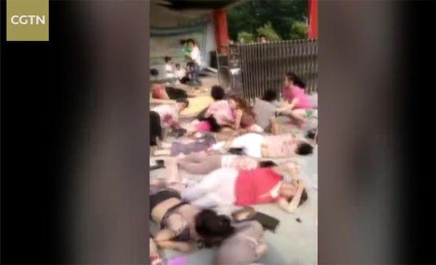 CGTN-kanavan julkaisemalla videolla näkyy useita loukkaantuneita ihmisiä pian räjähdyksen jälkeen.
