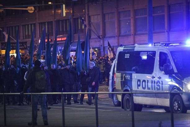 Poliisi epäilee neljää uusnatsistiseen mielenosoitukseen osallistunutta kiihottamisesta kansanryhmää vastaan sekä haitanteosta virkamiehelle.