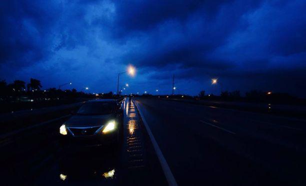 Vaikka kaksikko ajoi autolla noin 130 kilometrin tuntivauhtia, myrskypilvet tuntuivat juoksevan edessä koko ajan nopeammin.