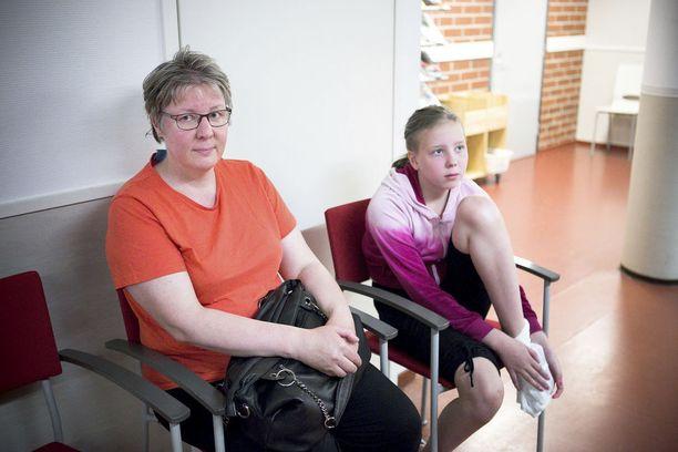 Tuija Koivisto (vas.) ja Anniina Tammisto tulivat 2016 Kangasalan terveyskeskukseen hoitamaan Tammiston jalkaa. Koivisto kertoo olleensa tyytyväinen Kangasalan terveyspalveluihin.