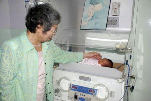Emiko Yamada huolehtii pienestä pojantyttärestään Jaipurissa sijaitsevassa sairaalassa.