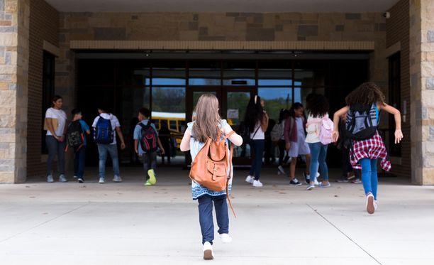 """""""Tarvittaisiin paljon enemmän pedagogista keskustelua siitä, mitä kaikkea kouluissa tehdään oppilaiden hyvinvoinnin tukemiseksi"""", sanoo erityisopettaja ja apulaisrehtori Miia Myllymäki."""
