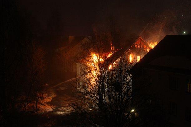 Harjukadulla Lahdessa paloi kaksikerroksinen puutalo.