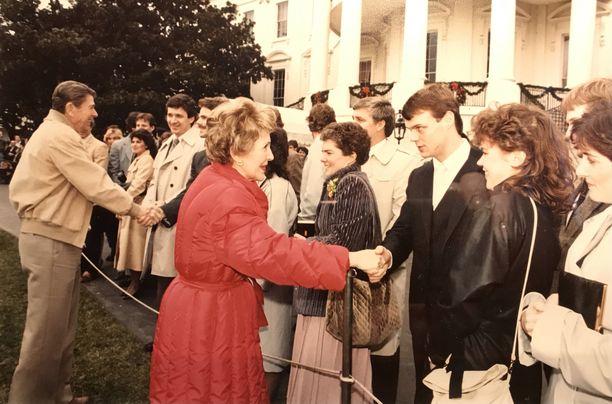 Timo Blomqvist pääsi Jaana-vaimonsa kanssa kättelemään Ronald (vas.) ja Nancy Reagania. Jönnin osumaa saanut oikea silmänalunen jää kuvassa piiloon.