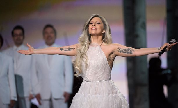 Lady Gagan Oscar-gaalaesitys sai vuolaita kehuja.