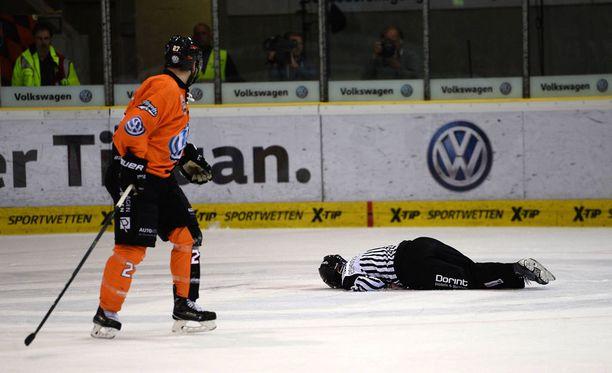 Robert Schelewski jäi makaamaan jään pintaan rajun osuman jälkeen.