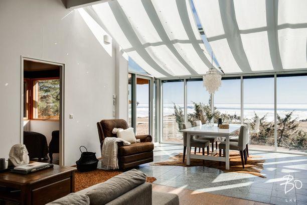 Hailuodon merellisessä kodissa on korkea olohuone.