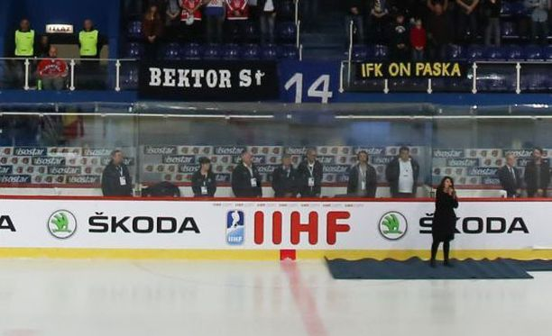 Eilen Zagrebissa pelattuun Kroatia-Iso-Britannia-otteluun ilmestyi HIFK-vastainen banderolli.