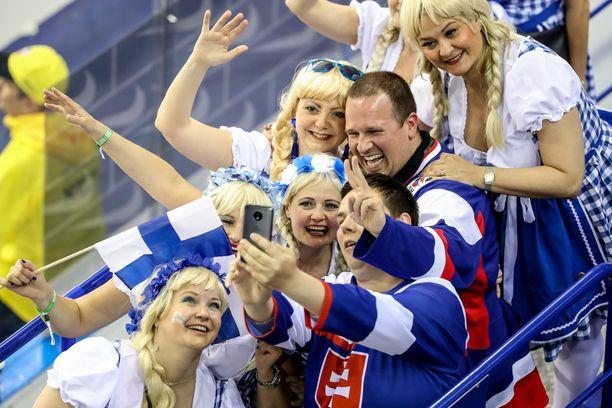 Suomalaiset ja slovakialaiset fanit löysivät toisensa lauantain ottelun aikana Kosicen jäähallissa.