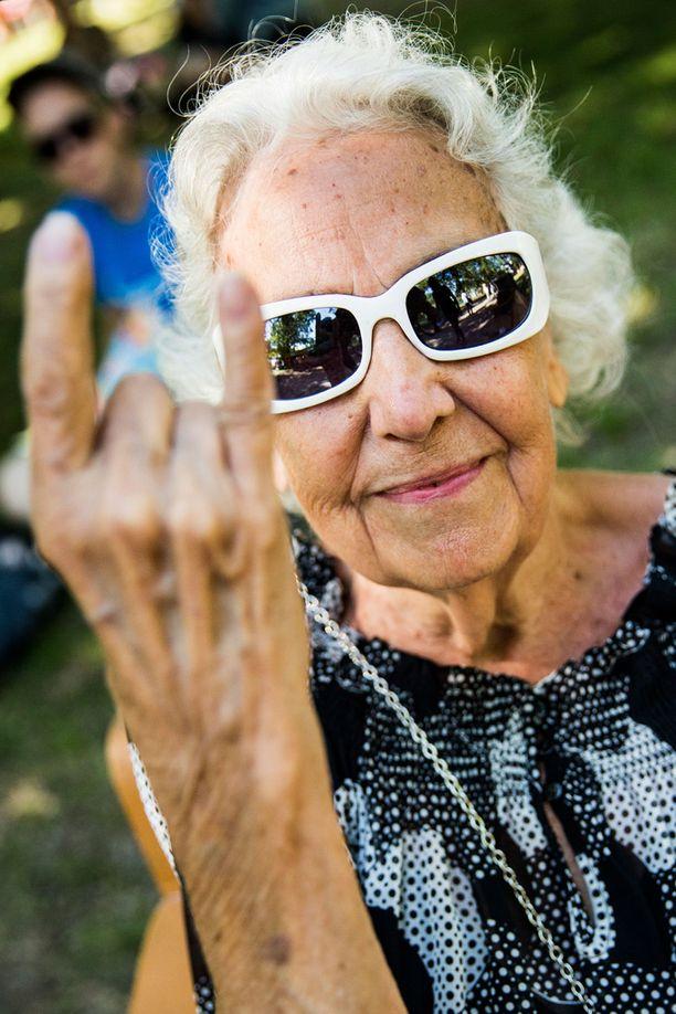 Turkulainen Eila Siimes ooli Ruisrockissa viime kesänä kuudetta kertaa. 88-vuotias teräsmummo kertoo, että Ruisrockin eläkeläsille tarjoamat ilmaisliput ovat olleet kovassa käytössä. - Tämä on tällainen kesäharrastukseni, kerran kesässä. Joskus nuorempana olin tuolla vastarannalla kuuntelemassa, mutta kun kuulo huononee, pitää tulla lähemmäksi, Eila nauraa.
