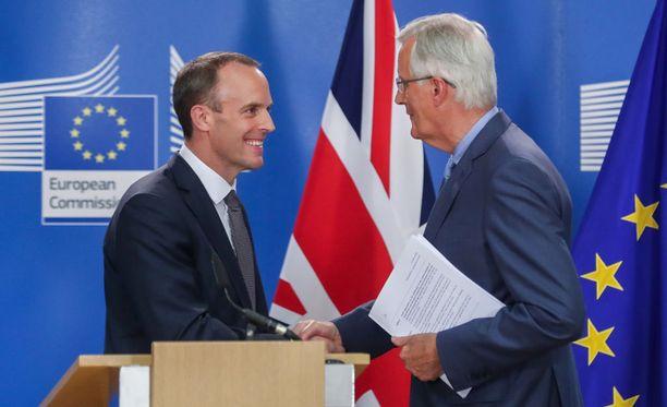 Kuvassa Britannian juuri nimitetty Brexit-ministeri Dominic Raab ja EU:n pääneuvottelija Michel Barnier.