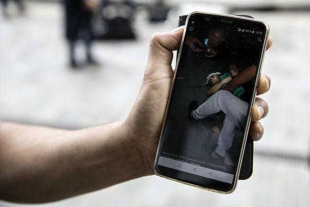Mies näytti kännykästään kuvaa henkilöstä, joka kävi iltayhdeltätoista sunnuntaina useiden ihmisten kimppuun puukolla.