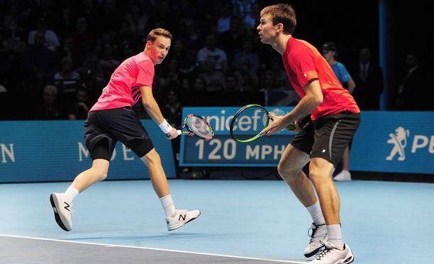 Henri Kontinen (vas.) ja John Peers aloittivat ATP-finaalit voitolla.