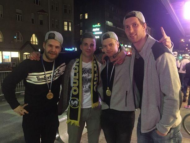 Taneli Siikaluoma, Santeri Närhi, Veini Vehviläinen ja Jussi Rynnäs juhlivat Kärppien kultaa.