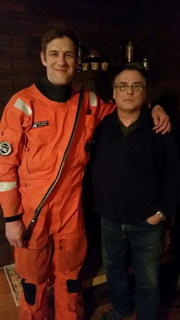 Pintapelastaja Mikko Knuutila pelasti Patrik Finnemanin hengen ongittuaan hänet ylös merestä pelastuskopterin kyytiin.