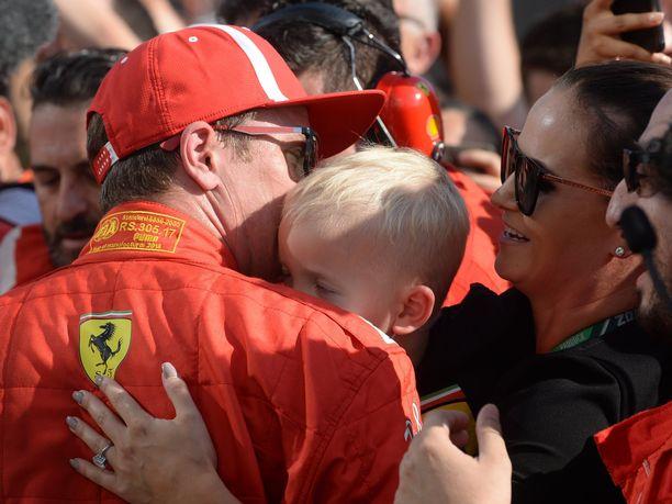 Minttu-vaimo sekä lapset Robin ja Rianna ovat Kimi Räikkösen tukena F1-uran viimeisessä Ferrari-viikonlopussa. Kuva heinäkuun lopussa ajetusta Unkarin GP:stä.