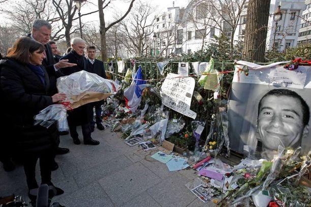 Pariisin pormestari Anne Hidalgo vei kukkia paikalle, jossa terroristit ampuivat poliisi Ahmed Merabetin kuoliaaksi. Rinnalla New Yorkin pormestari Bill de Blasio.