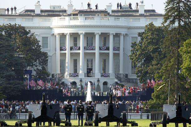 Presidentti Trump vaimoineen tervehtivät kansaa Valkoisen talon parvekkeelta.