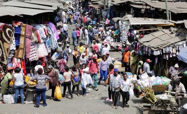 Gikomban torilla myydään muun muassa käytettyjä vaatteita, hedelmiä ja kaikenlaista tavaraa.