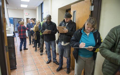 Amerikkalaiset jonottavat äänestyspaikoille - näin tiistain välivaalit etenevät Yhdysvalloissa