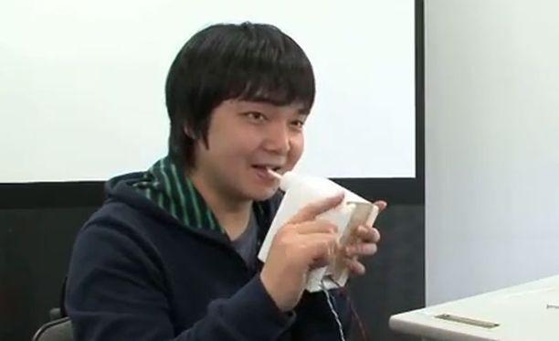 """Nobuhiro Takahashi esittelee laitetta. """"Tuo tyyppi tarvitsee tyttöystävän"""" kuului kommentti YouTube-sivustolla."""