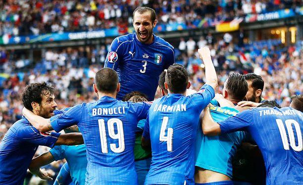 Giorgio Chiellini (kasan päällä) on yksi Italian pelaajista, jolla on varoitus alla.