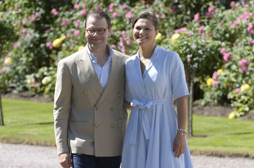 Prinssi Daniel hymyili vaimonsa rinnalla.