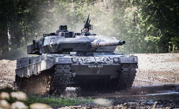 Erikoispanssareiden hankinnalla on yhteys Leopard 2A6 -panssarien (kuvassa) hankintaan.