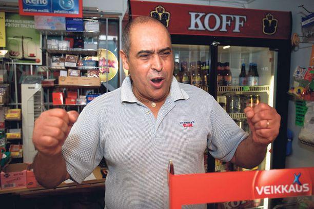 Onnea, onnea! Voittokupongin myynyt Mabrouk Saadaoui elämöi kuin olisi itse voittanut megapotin.
