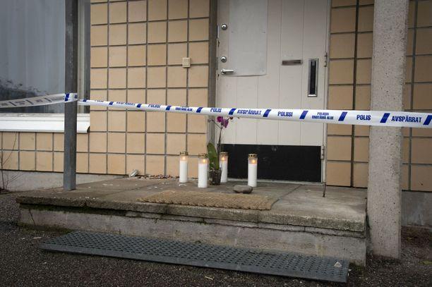 Poliisin eristysteipit ympäröivät surmapaikkaa Salossa. Paikalle oli tuotu muistokynttilöitä. Näky asunnossa sisällä oli lohduton.