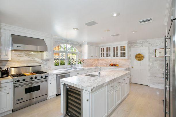 Keittiötasot ja seinät ovat marmoria.