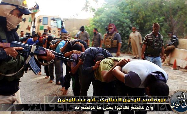 Kesäkuun 15. päivä julkisuuteen vuosi kuva, jossa jihadistit ohjaavat siviilipukuisia sotilaita teloitettavaksi. Kuvan aitoudesta ei ole täyttä varmuutta.