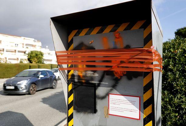 Noin 60 prosenttia Ranskan 3 200:sta peltipoliisista on vandalisoitu toimintakunnottomiksi.