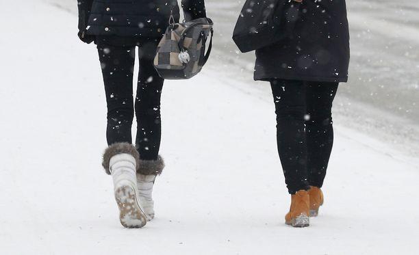 Jalkakäytävät voivat olla perjantaina liukkaat, varoittelee Ilmatieteen laitos.