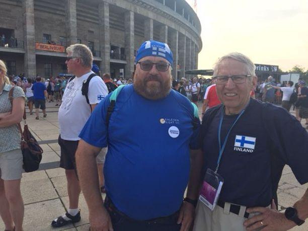 Porista kotoisin oleva Juha Kylänpää ja lavialaissyntyinen Hannu Nurmi kannustivat kaikkia suomalaisurheilijoita tasapuolisesti.