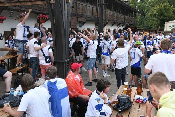 Huuhkaja-fanit viihtyivät Pietarissa esimerkiksi ravintola Alpenhausissa Pietarin stadionin lähellä.
