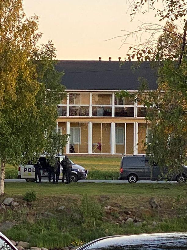 Poliisi piirittää rakennusta Kalajoella Eteläkyläntiellä.