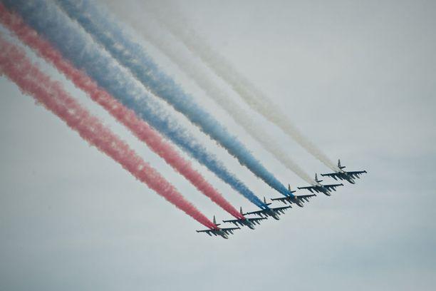 Lentonäytös huipentui Venäjän lippuun taivaalla.