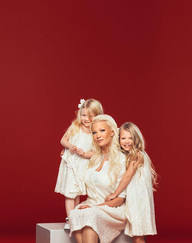 Kuvassa Linda tyttäriensä kanssa vuonna 2016.