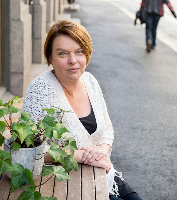 Elina Knihtilä työskentelee Teatterikorkeakoulussa näyttelijäntyön professorina.