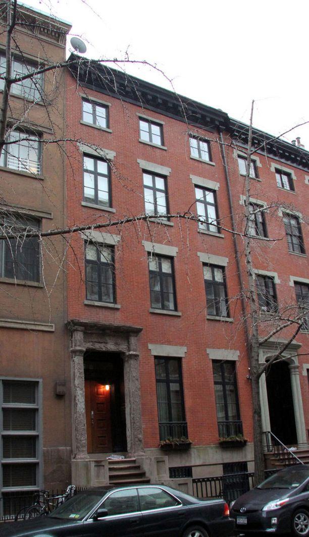 Pariskunnan myymä asunto sijaitsee tässä talossa New Yorkin Greenwich Villagessa.