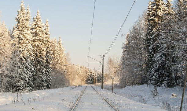 Tasoristeyksessä Yrittäjänkadulla Vaasassa on nainen jäänyt junan alle ja menehtynyt kello 5 aikaan aamulla. Kuvituskuva.
