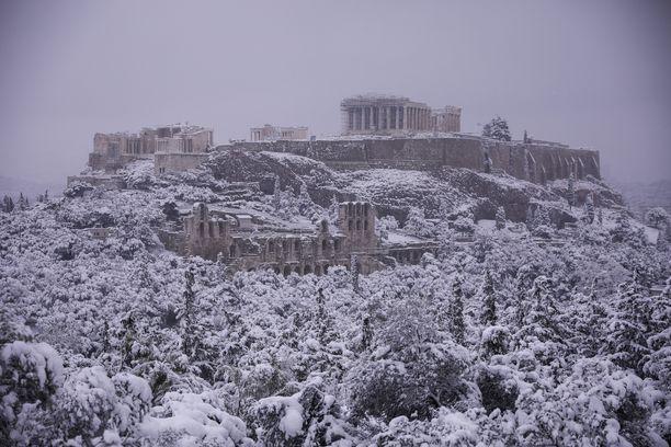 Antiikin aikainen Akropolis-kukkula sai ylleen harvinaisen lumihunnun tiistaina.