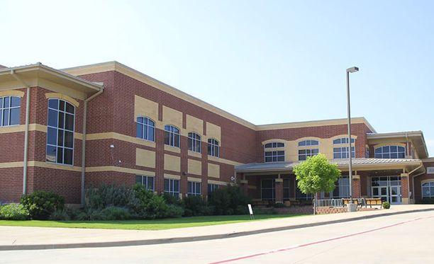Harper oli englanninopettajana ja cheerleader-joukkueen valmentajana Tidwell Middle Schoolissa Fort Worthissa Texasissa.