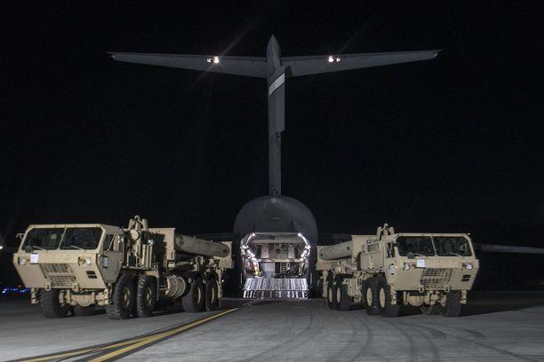 Yhdysvallat toi maanantaina ensimmäisen osan THAAD-järjestelmästä Etelä-Koreaan. Kiistelty ohjuspuolustusjärjestelmä on tarkoitus saada toimintaan vuoden loppuun mennessä.