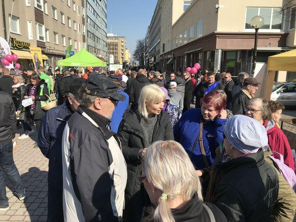 Laura Huhtasaari (ps) faniensa ympäröimänä Porissa Eetun aukiolla.