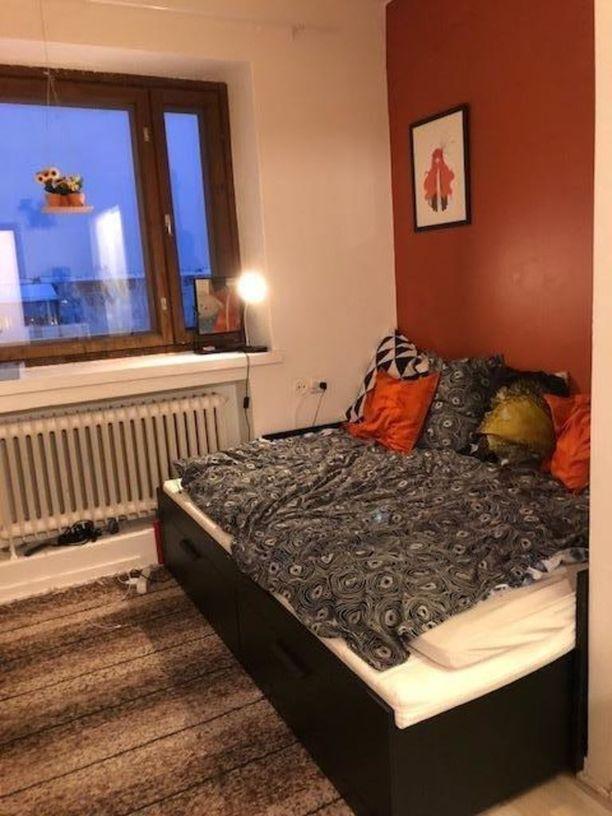 Tässä miniyksiössä ei ole varsinaista suihkua. Huoneen keskipisteeksi on valittu iso sänky.