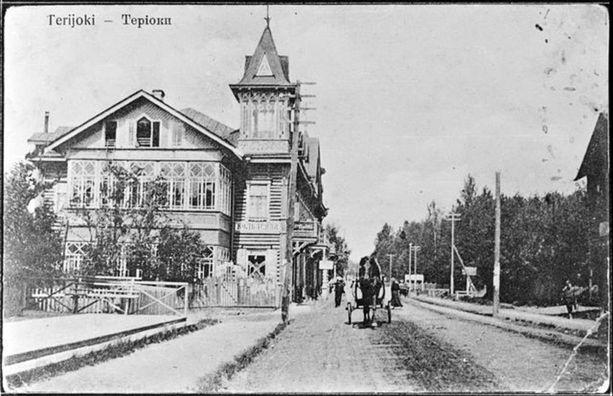 Terijoen kirkonkylällä näki 1900-luvun alussa vossikan kyydistä komeita tornillisia huviloita.