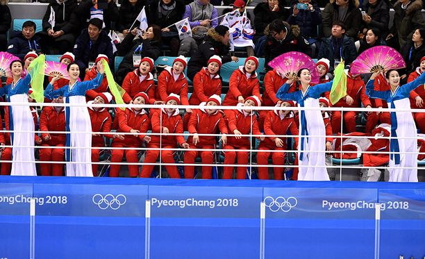 Pohjois-Korean kansandemokraattinen cheerleaderarmeija esiintyi jääkiekkokatsomossa.