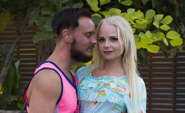 Jonne rengastaa Erikan, vaikka on vielä kihloissa Sonjankin kanssa.